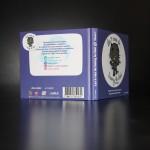 Livre CD avec CD inséré dans une pochette collé au livre (ouvert - dos)